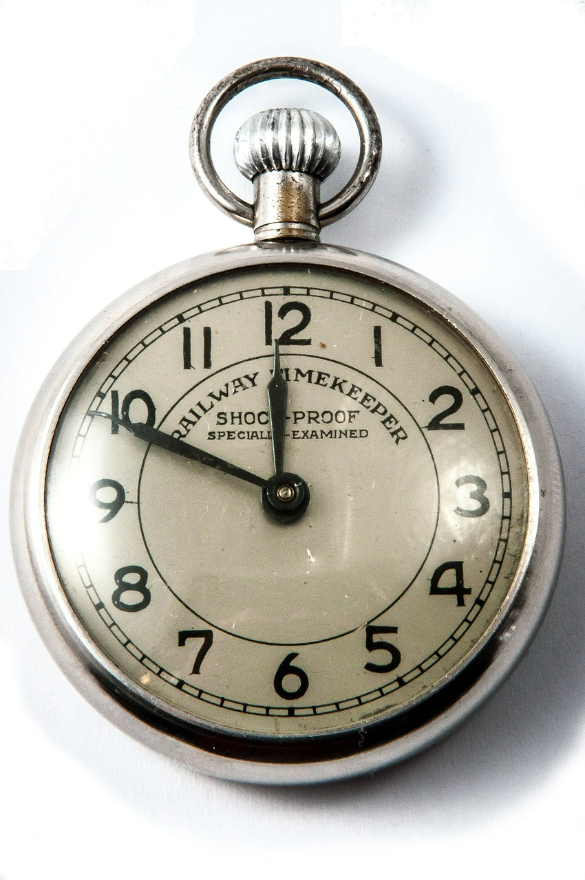 A vintage pocket watch as they were used by train guards. With a porcelaine dial and 53mm in diameter at a depth of 20mm.