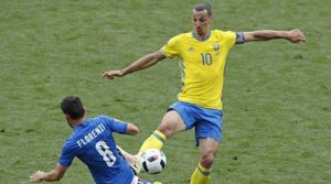 Italy's Alessandro Florenzi, left, and Sweden's Zlatan Ibrahimovic battle for the ball during the Euro 2016 Group E soccer match between Italy and Sweden at the Stadium municipal in Toulouse, France, Friday, June 17, 2016. Photo: AP Photo/Hassan Ammar